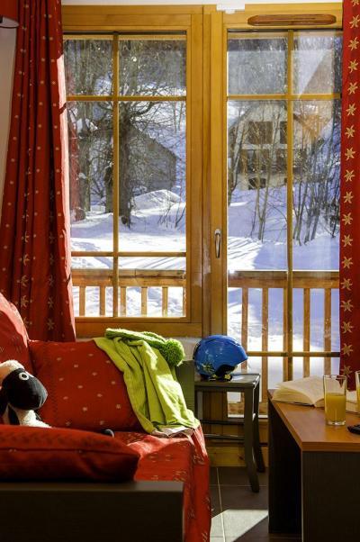 Location au ski Residence Les Chalets De Belledonne - Saint Colomban des Villards - Porte-fenêtre donnant sur balcon