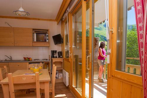 Location au ski Residence Le Balcon Des Neiges - Saint Sorlin d'Arves - Porte-fenêtre donnant sur balcon