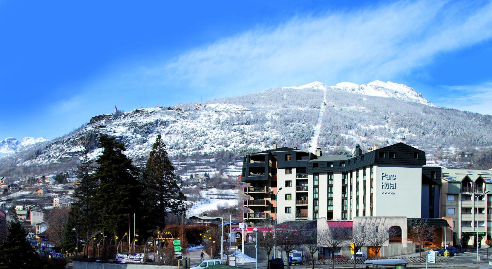 Chambre Supérieure (2 personnes). Le Parc Hotel est parfaitement situé au centre de la ville de Briançon - Serre Chevalier 1200.