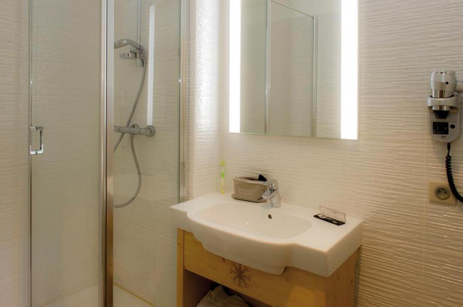 Location au ski Chambre 3 personnes (Confort) - Hôtel Club Les Alpes d'Azur - Serre Chevalier - Salle de bains