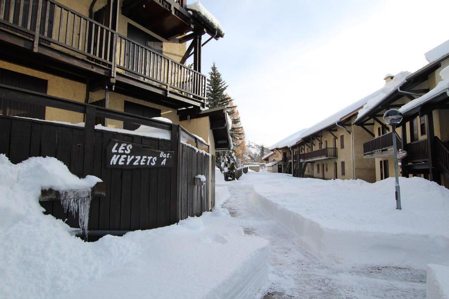 Vacances en montagne Studio cabine 5 personnes (A003) - Résidence Neyzets - Serre Chevalier - Extérieur hiver