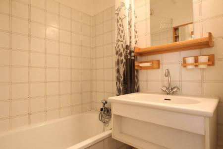 Rent in ski resort Studio sleeping corner 4 people (B014) - Résidence le Clos des Cavales 2 - Serre Chevalier - Bath-tub
