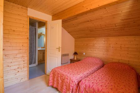 Rent in ski resort Résidence Chalets Margot - Superdévoluy - Bedroom under mansard
