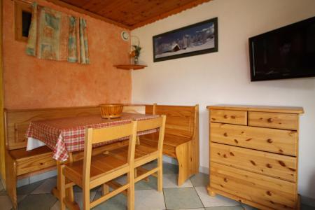 Rent in ski resort Studio cabin 4 people (604CL) - La résidence le Palafour - Tignes - Table