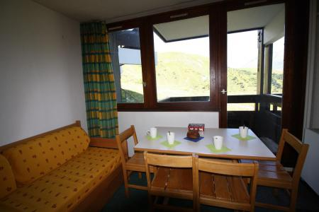 Rent in ski resort Studio sleeping corner 4 people (137CL) - Résidence Home Club 2 - Tignes - Table