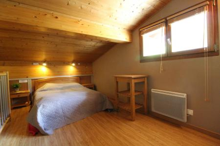 Rent in ski resort 4 room duplex apartment 6 people (001) - Maison Gagnière - Val Cenis - Bedroom under mansard