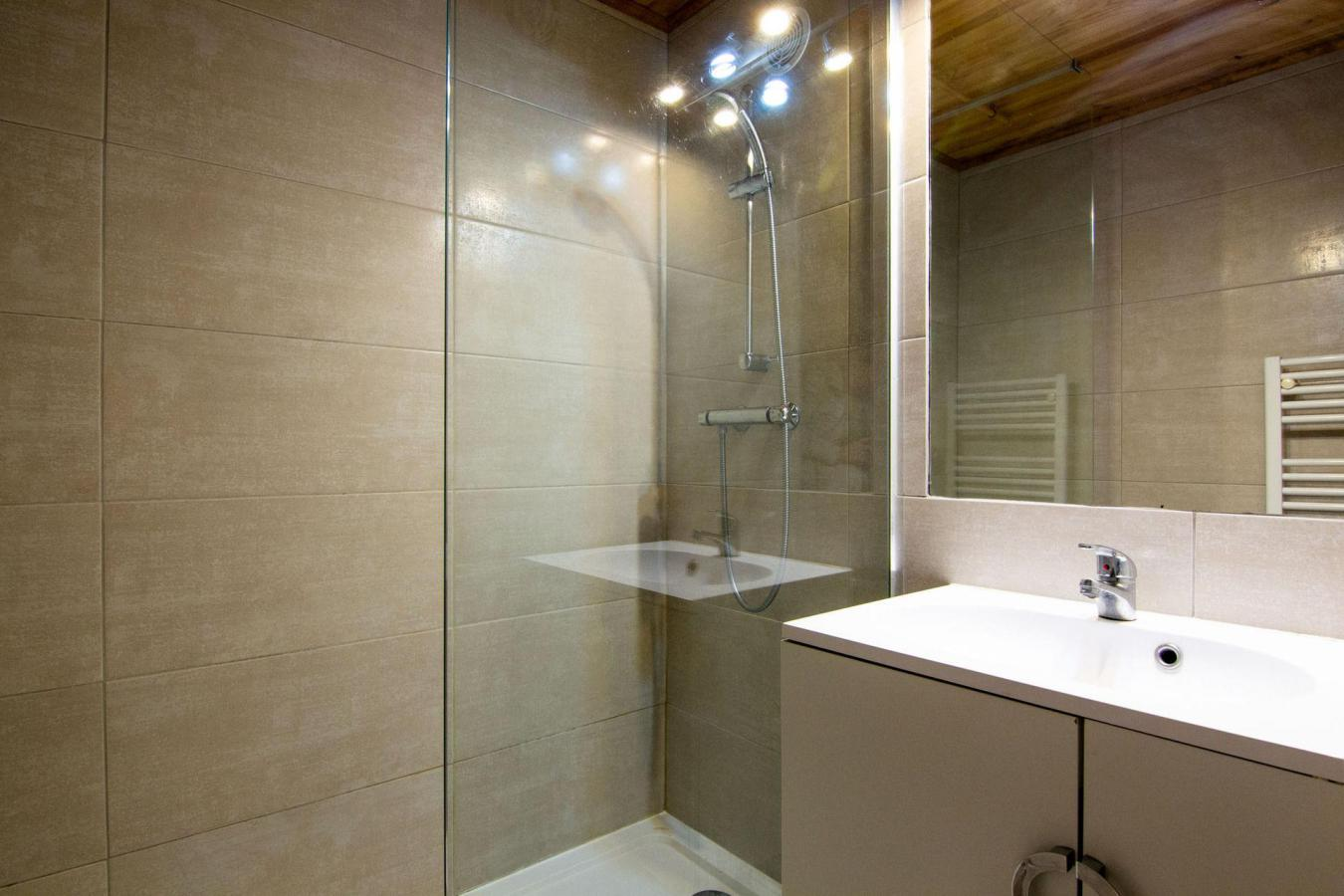 Location au ski Studio cabine 4 personnes (86) - Residence Reine Blanche - Val Thorens - Douche
