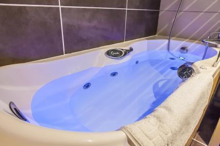 Rent in ski resort Les Balcons Platinium - Val Thorens - Balneo bath-tub