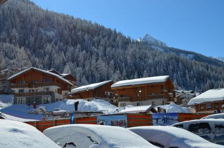 Rent in ski resort Résidence les Chalets de la Ramoure - Valfréjus - Winter outside
