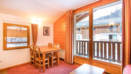 Rent in ski resort Résidence les Chalets de la Ramoure - Valfréjus - Table